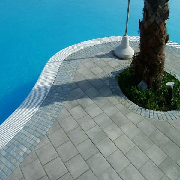 Mattoni quadrati bordo piscina in Sicilia